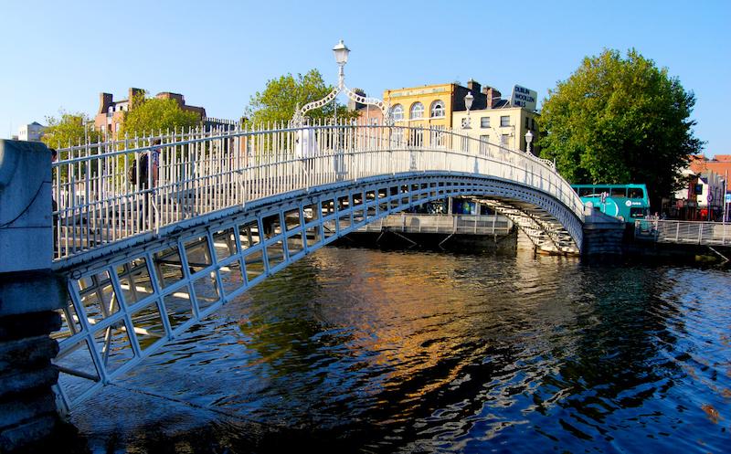Ponte Ha'penny Bridge em Dublin