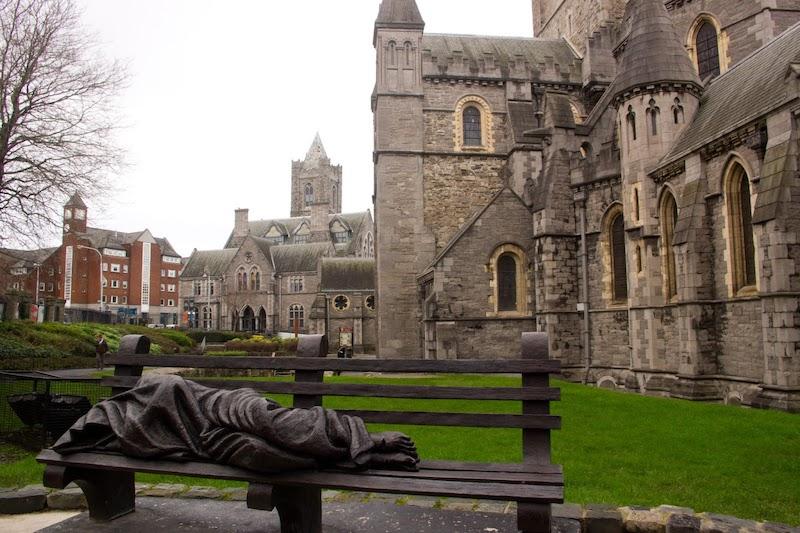 Estátua em frente à Catedral da Santíssima Trindade em Dublin