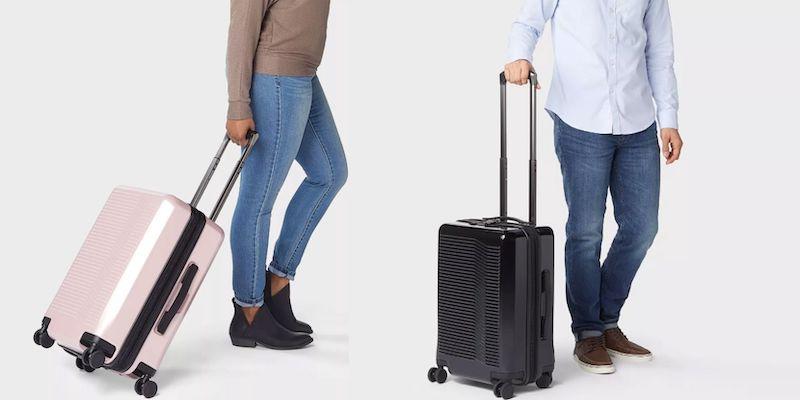 Pessoas viajando com malas pequenas